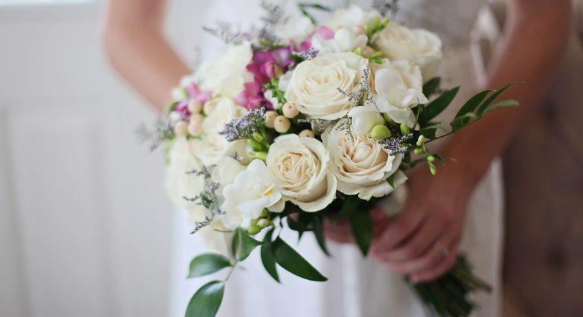 結婚式には花束を渡すシーンがいくつかあります。友人から新郎新婦へのサプライズで渡す花束、新郎新婦から両親への渡す花束など、どれも気持ちを込めて贈呈するため、